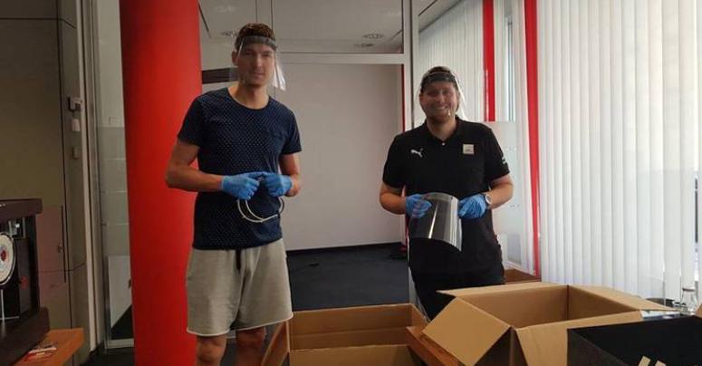 medi Center Andreas Seiferth und Physiotherapeut Kevin Schneider helfen bei der Produktion von Face Shields. Foto: medi bayreuth
