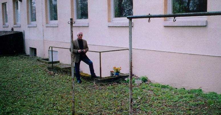 Heinz Leimenstoll steht vor der Treppe, die zu dem Bunker führt, in dem er damals den Bombenangriff überlebt hat. Foto: Privat