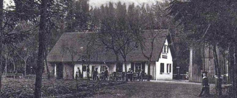Wenige Tage, nachdem in der deutschen Kolonie Kamerun die deutsche Fahne gehisst wurde, benannten Festspielmitwirkende das Forsthaus um: