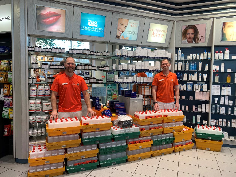 Bayreuther Schulen Dr. Jens Landwehr (rechts) und Dr. Andreas Paul von der Rathaus-Apotheke mit den 400 Litern Handdesinfektionsmitteln. Foto: Rathaus-Apotheke.