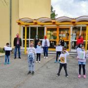 Kinder der Notbetreuung der AWO in Bayreuth bekommen Mund- und Nasenschutzmasken gespendet.