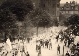 """Ein Festzug zieht an einem """"Siebener""""-Kasernengebäude in der Hartmannstraße (heute Ludwig-Thoma-Straße) vorbei. Im Hintergrund ist der Justizpalast zu erkennen. Foto: Archiv Bernd Mayer."""