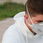 Ein Mann schützt sich mit einer Maske vor dem Coronavirus. Symbolbild: Pixabay.