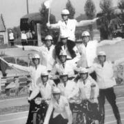 """Die Polizeipyramide der Bayreuther """"Stadtpolizei"""" mit (von oben nach unten und von links nach rechts) bei der Veranstaltung """"Bürger, Polizei, Streitkräfte"""" im Städtischen Stadion. Im Jahr 1972 wurde die Stadtpolizei """"verstaatlicht"""". Die Bayreuther Polizisten Beamte des Freistaates Bayern. Foto: Archiv Bernd Mayer."""