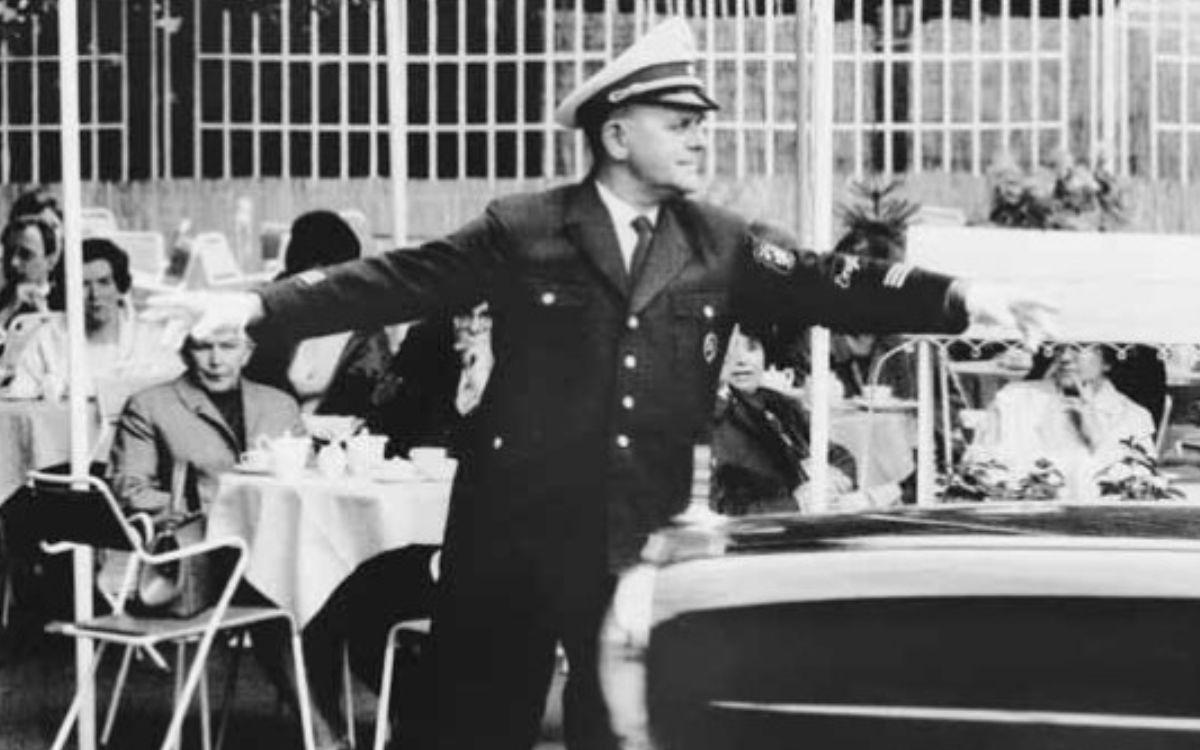 """Noch heute denken die Bayreuther mit ein wenig Wehmut an die Stadtpolizei zurück. Bis 1972 versahen die Bayreuther Schutzpolizisten während der Festspielzeit und zu besonderen Anlässen in """"weißen"""" Uniformjacken ihren Dienst. Foto: Archiv Bernd Mayer."""