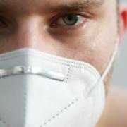 Coronavirus: Ein Mann mit Gesichtsmaske. In Oberfranken hat nun eine weitere Kommune die Obergrenze überschritten. Symbolbild: Pixabay