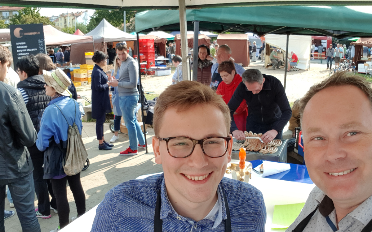 In der Partnerstadt Prag 6 organisiert Thomas Bauske mit den anderen Fraktionen die Werbung für Bayreuth am farmer market mit Bayreuther Bier und Bratwürsten.. Foto: Privat
