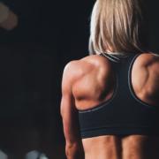 Eine Frau hält sich im Fitnessstudio fit. Doch wann öffnen die Studios in ganz Bayern wieder? Symbolbild: Pixabay