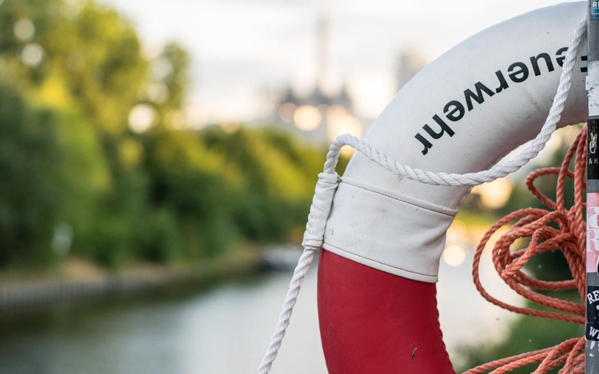 Die Leiche einer toten Frau wurde in Bamberg aus dem Main-Donau-Kanal gezogen. Symbolbild: Pixabay
