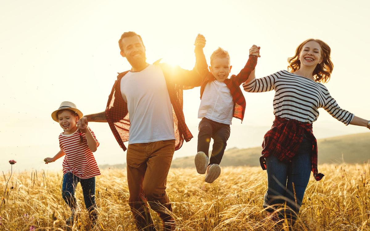 Mit einem ausgeglichenen Immunsystem lässt es sich gut durch den Sommer toben. Foto: djd/Spenglersan/JenkoAtaman - stock.adobe.com