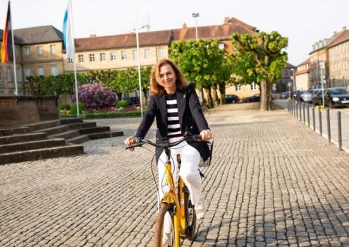 Die Bayreuther Stadträtin Dr. Beate Kuhn auf dem Fahrrad. Der Verkehr in Bayreuth ist für sie ein wichtiges Thema. Foto: Privat