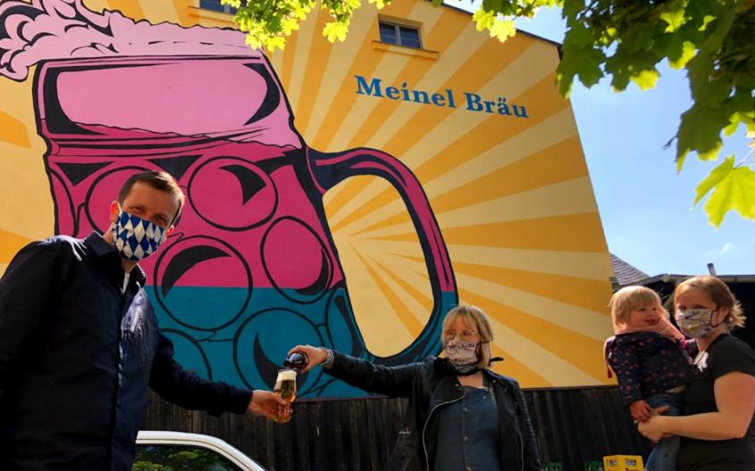 Christoph Scholz vor dem Meinel Bräu mit den Schwestern Gisi Meinel-Hansen (Mitte) und Moni Meinel-Hansen (Rechts). Foto: Privat