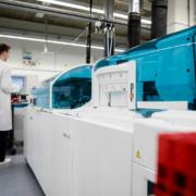 Das Analyse-System cobas e 801, auf dem der neue Antikörper-Test läuft. Foto: © Roche