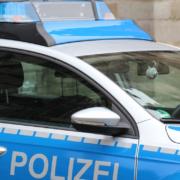 Die Polizei in Weißenstadt sucht den Fahrer eines blauen Renault Megane II älteren Datums, der in der Nacht zum Freitag (23.10.2020) ein Verkehrsschild und einen Leitpfosten umgemäht hat. Foto: pixabay