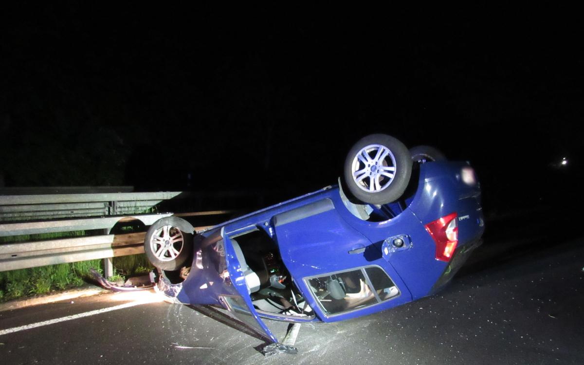 Eine Fahranfängerin ist mit ihrem Auto von der Bundesstraße abgekommen. Foto: Polizei