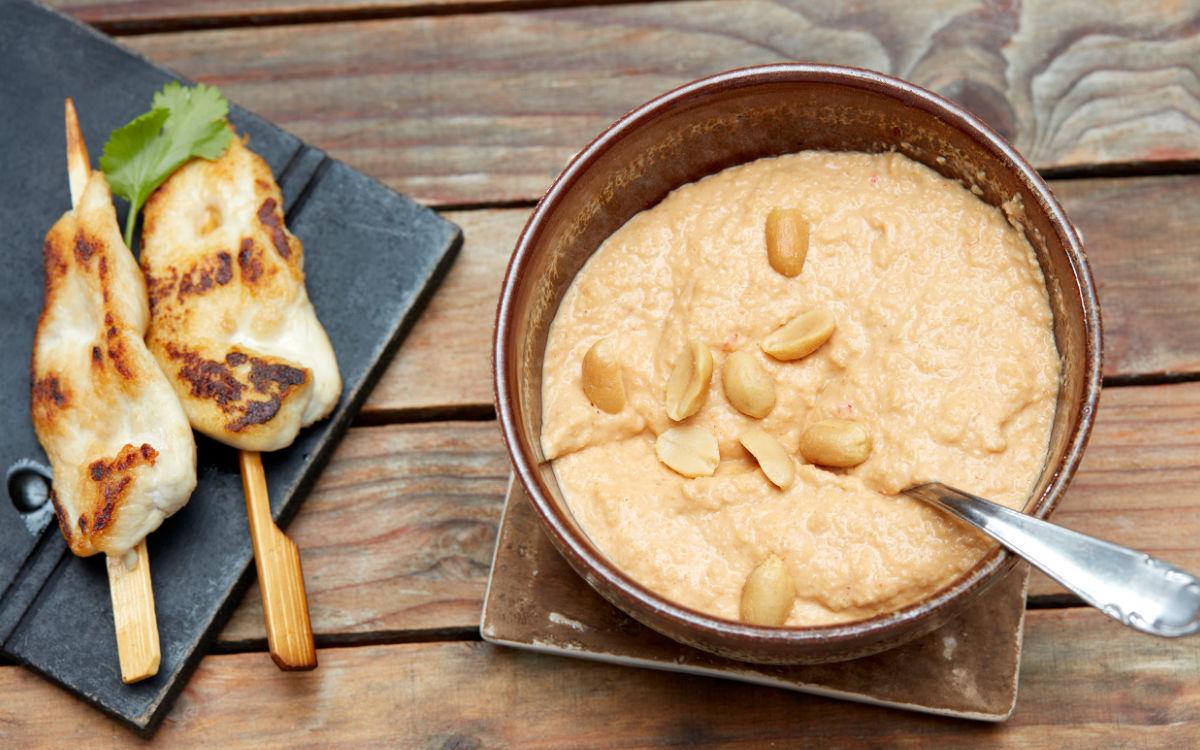 Grillen und Dips - das passt einfach zusammen. Für Fleisch, gegrilltes Gemüse oder auch zum frischen Brot eignet sich dieser Erdnussdip. Foto: djd/ültje/Dirk Przibylla