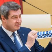 """Ministerpräsident Söder mit Maske. Er sagt Corona könnte """"mit voller Wucht"""" zurückkehren. Foto: Bayerische Staatskanzlei"""