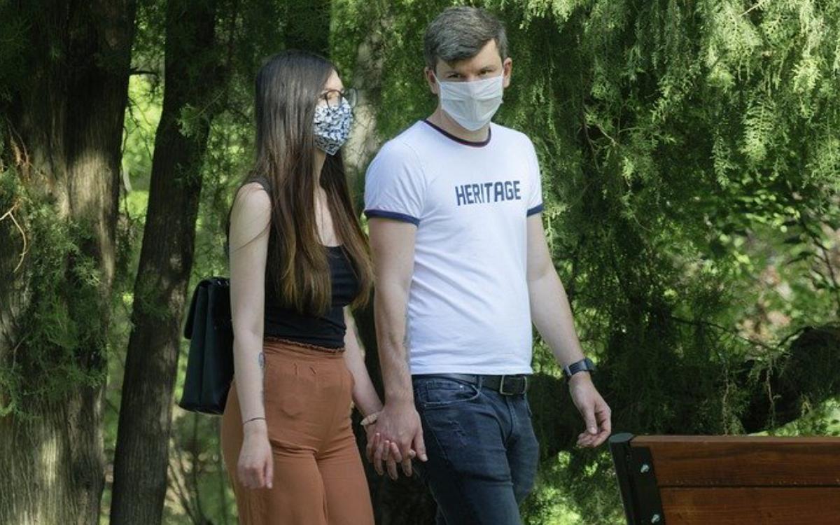 Ein Paar geht aufgrund des Coronavirus mit Mundschutz spazieren. Symbolfoto: Pixabay