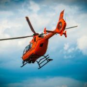 Nach einem Unfall im Landkreis Hof auf der A93 haben Ersthelfer und die Feuerwehr drei Personen aus einem Auto gerettet: Auch ein Rettungshubschrauber war im Einsatz. Symbolfoto: Pixabay