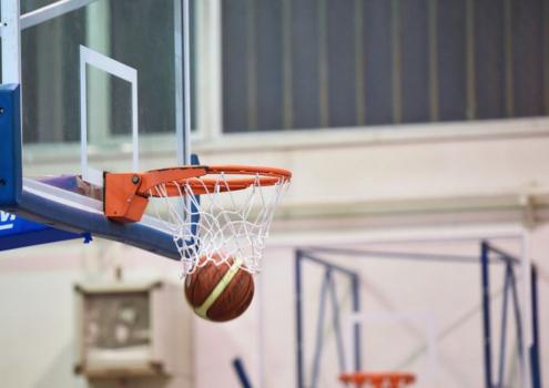 Basketball in der Turnhalle. Bayreuth kann jetzt einige Schulturnhallen wieder für Vereinssport öffnen. Symbolbild: Pixabay