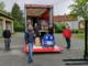 Landrat Florian Wiedemann bei der Übergabe von Desinfektionsmittel und Schutzmasken an die Feuerwehren im Landkreis Bayreuth. Foto: Landkreis Bayreuth
