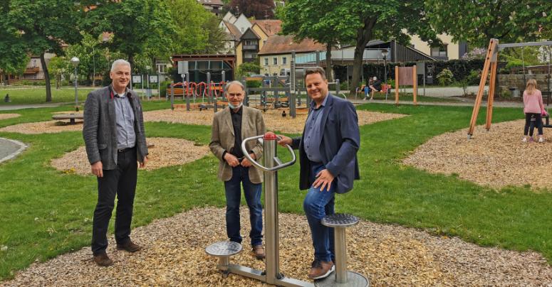 Oberbürgermeister Ingo Lehmann ist froh, dass auf den Spielplätzen wieder gelacht und getobt werden darf. Zusammen mit Stadtrat Dr. Hans Hunger (m.) und Amtschef Uwe Angermann (l.) besuchte er den Mehrgenerationenspielplatz im Grünzug. Foto: Stadt Kulmbach.