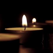 Teelichter führen zu einem Brand in einem Mehrfamilienhaus. Symbolbild: Pixabay.