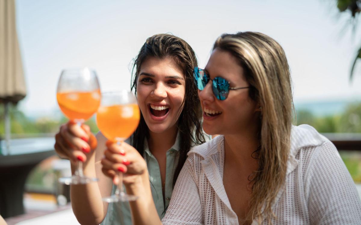 Anstoßen auf sonnige Tage. Auch zu Hause, ob auf der Terrasse oder auf Balkonien, lässt sich der Urlaub erholsam verbringen. Foto: djd/BSI/Getty Images/FG Trade