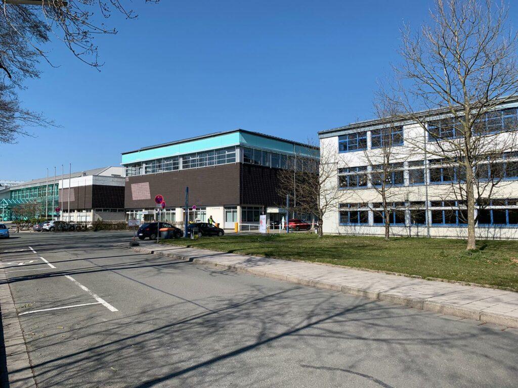 Um den Abstand einzuhalten aus der Ferne: Das Corona-Testzentrum in Bayreuth.