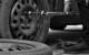 Nach einem Unfall will ein Kraftfahrer seinen Reifen wechseln: auf der Autobahn. Symbolbild: Pixabay