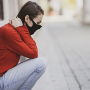 Eine Frau fühlt sich aufgrund des Social Distancing wegen des Coronavirus alleine. Symbolbild: Engin Akyurt/Unsplash