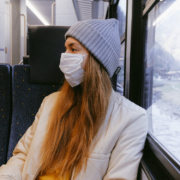 Aufgrund des Coronavirus gilt im öffentlichen Nahverkehr eine Maskenpflicht. Symbolbild: Pexels