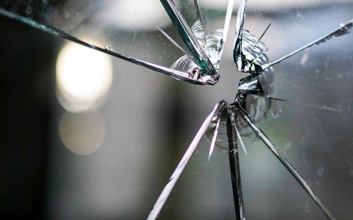 Einbrecher haben in einer Schule in Bayreuth Fenster eingeschlagen. Symbolfoto: Pixabay