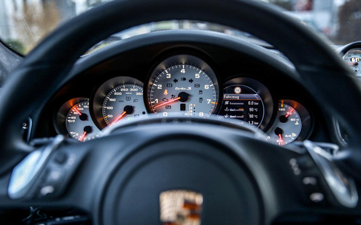 Ein Porsche-Fahrer ist den Einsatzfahrzeugen durch die Rettungsgasse gefolgt. Symbolbild: Pixabay