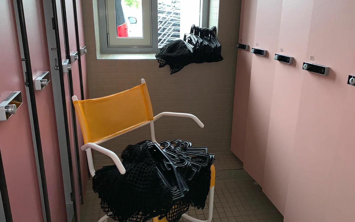 Ein ungewöhnliches Bild: Bügel über Bügel türmen sich auf den Stühlen bei den Umkleiden. Foto: Katharina Adler