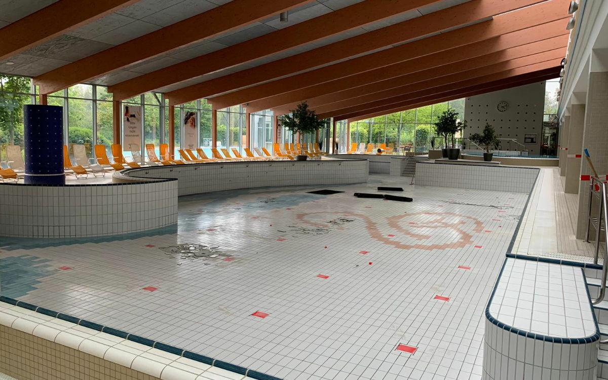 Das große Becken ist leer. Fliesen liegen abgeschlagen auf dem Boden. Foto: Katharina Adler