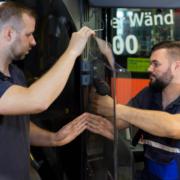 Stadtwerke-Mitarbeiter Sven Fischer (links) und Alexander Würl rüsten einen Stadtbus mit einer Hygienewand aus. Foto: Stadtwerke Bayreuth