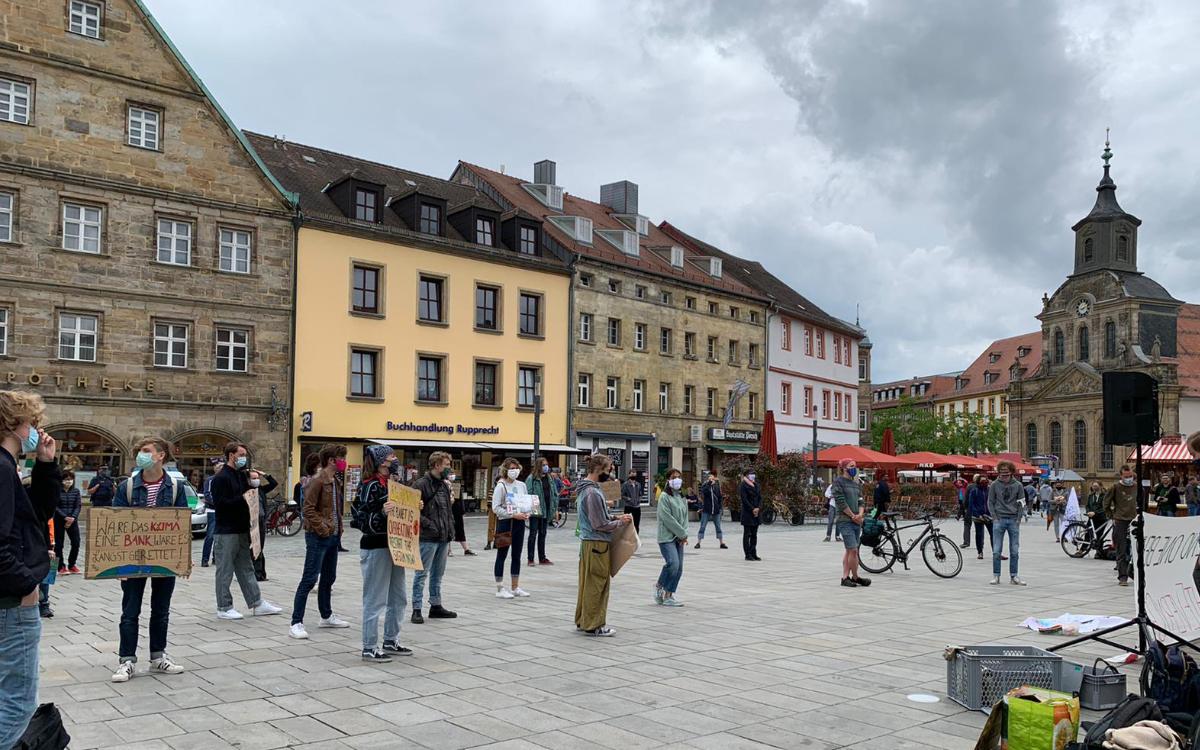 """Unter dem Motto """"Fight Every Crisis"""" wollen die Studenten der Uni Bayreuth von Students for Future auf das Thema Klimaschutz aufmerksam machen. Foto: Katharina Adler"""