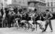 Der Großstaffellauf der Bayreuther Vereine, an dem regelmäßig über 30 Mannschaften teilnahmen. Der Start war am Alten Schloss. Zehn Staffelläufer pro Verein mussten unter den Anfeuerungsrufen von vielen tausend Bayreuthern die Runde über den Markt, über die Sophienstraße, Friedrichstraße, Ludwigstraße und Sternplatz bewältigen. Im Hintergrund warten Jugendliche auf dem Fama-Brunnen auf den Knall der Startpistole. Foto: Archiv Erich Scholti.