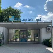 Der Eingang des Kreuzsteinbades Bayreuth ist noch versperrt. Foto: Katharina Adler