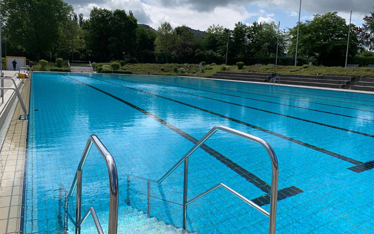 Das Schwimmerbecken im Bayreuther Kreuzsteinbad. Foto: Katharina Adler