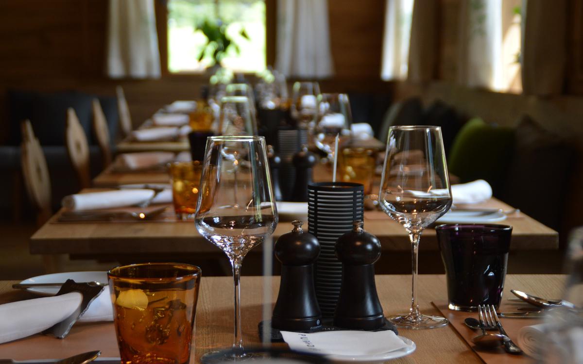 In Bayern darf die Innengastronomie ab Montag (7.6.2021) öffnen. Restaurants, Gaststätten und Co. dürfen bis 24 Uhr geöffnet haben. Symbolfoto: Pixabay