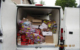 Die Polizei stoppt einen Kleintransporter, der fast ungekühlt Fleisch und Wurst transportiert. Foto: Polizei