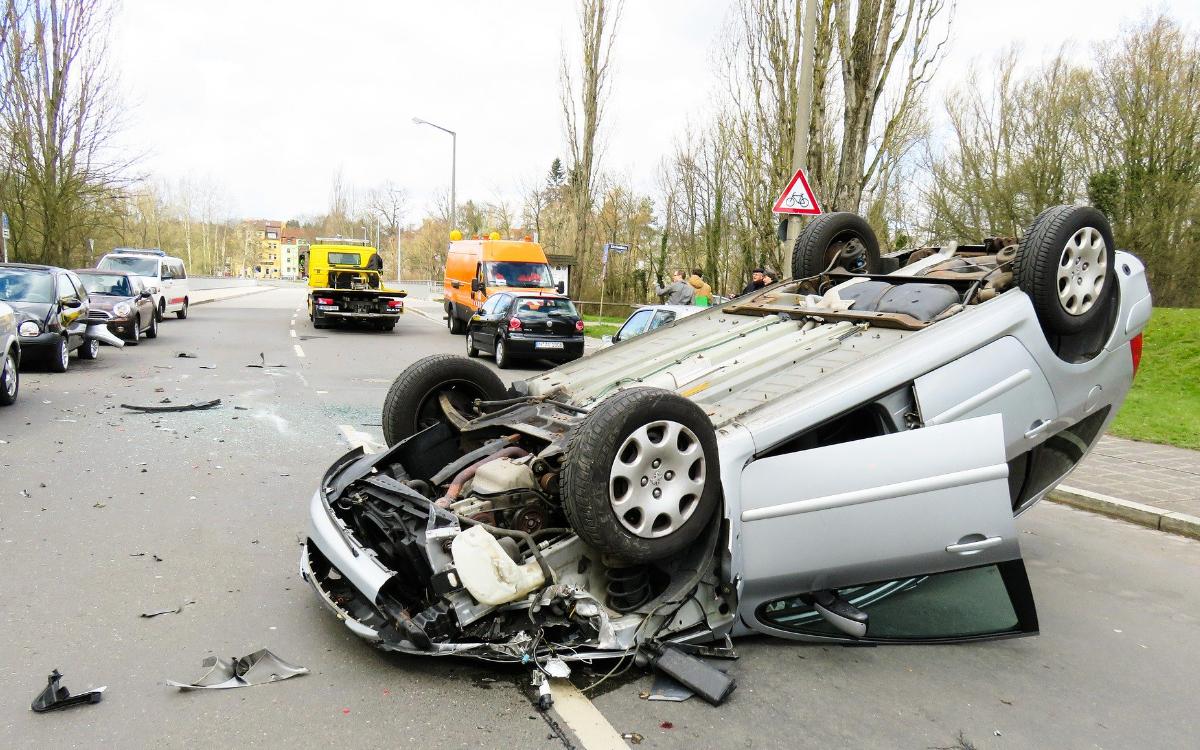 Bei einem Unfall im Kreis Kulmbach stieß ein Auto mit einem Traktor zusammen und überschlug sich. Symbolbild: pixabay