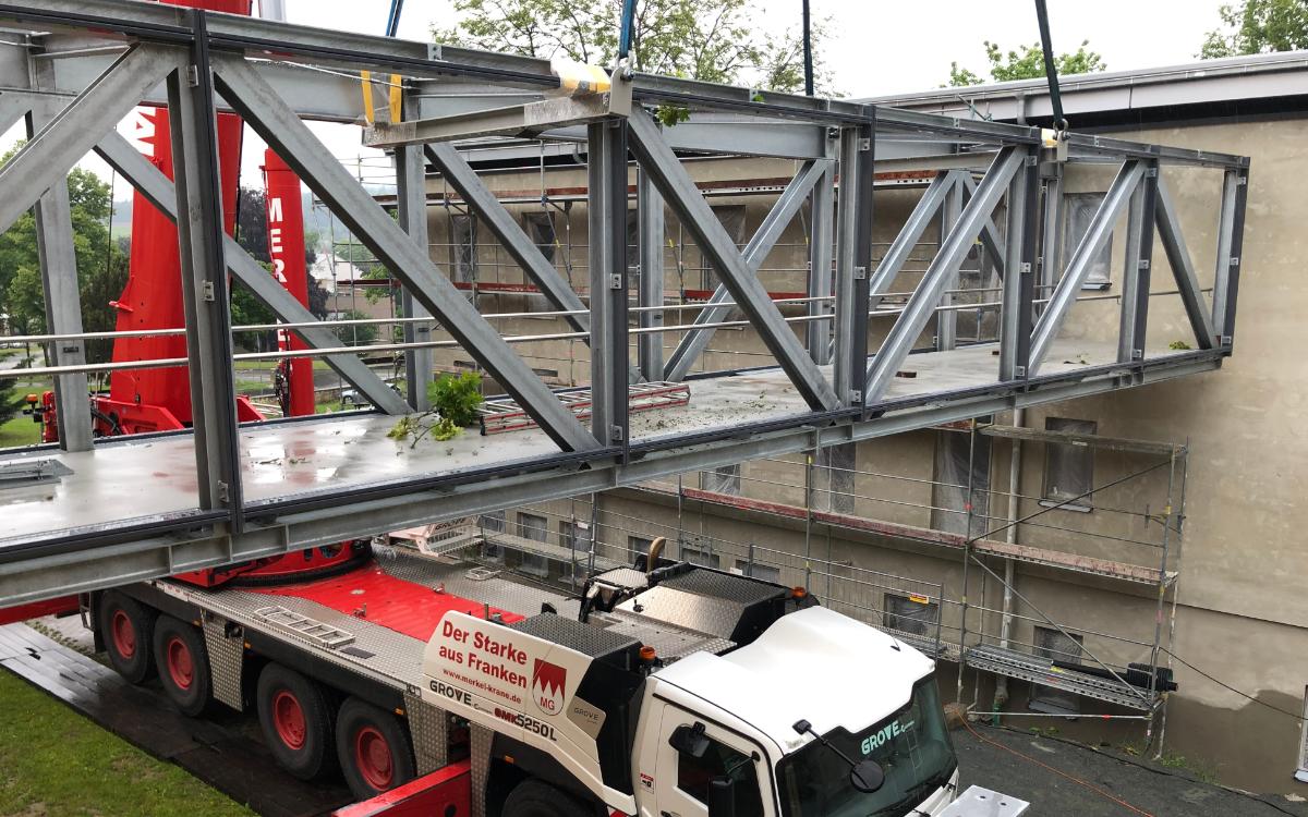 Eine Brücke verbindet das historische Verwaltungsgebäude des Bezirks Oberfranken mit dem Neubau. Foto: Nicole Lösch