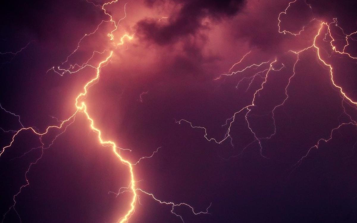 Am Röhrensee in Bayreuth wurden zwei Spaziergänger vom Blitz getroffen. Eine 22-Jährige verletzte sich schwer. Symbolfoto: Pixabay
