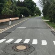 Im Landkreis Hof hat eine Frau einen Zebrastreifen auf die Straße gemalt. Foto: Polizei