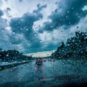 Bei Regen kam es rund um Bayreuth zu mehreren Unfällen. Symbolbild: Pixabay