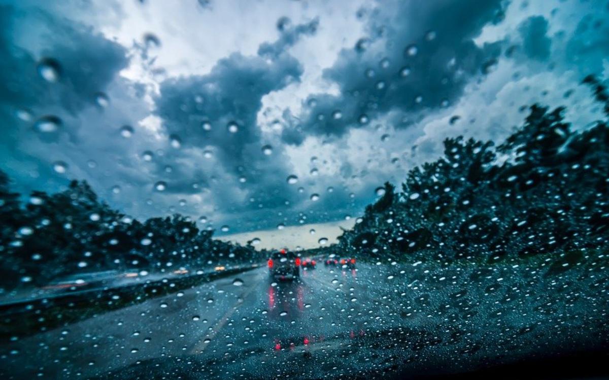 Bei Starkregen ist ein Wohnmobil auf der A9 viel zu schnell gefahren. Symbolbild: Pixabay