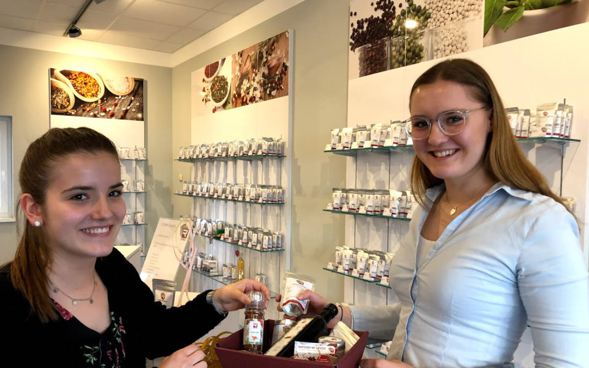 Rapsody of Spices in Kulmbach wird von den Azubis der Firma Raps geführt. Hier im Bild: Natalie Hofmann (links) und Maria Limmer (rechts). Foto: Christoph Scholz
